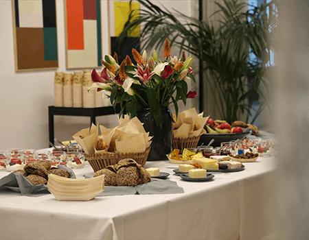 Bordet var dækket med lækker yoghurt, frisk frugt og nybagt brød