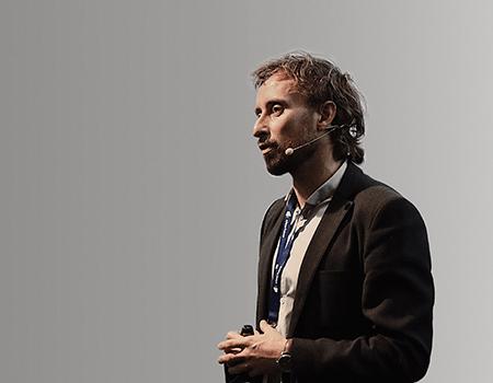 Kasper Holst indtog scenen til FDIH E-handelskonferencen og fortalte om omnichannel
