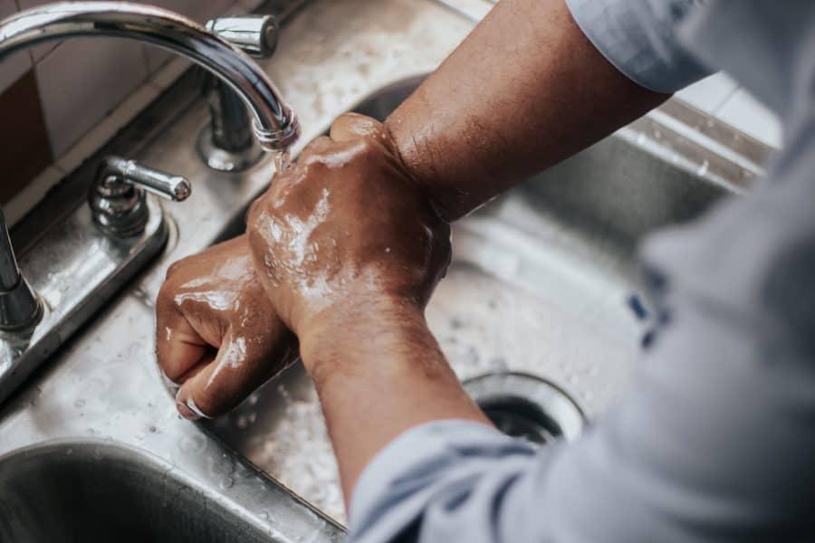 mand vasker hænder