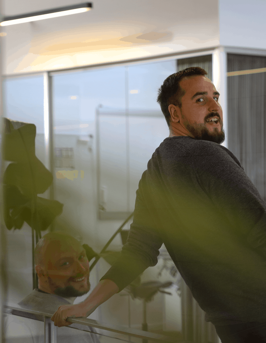 to mænd smiler fordi de er glade for at arbejde hos impact